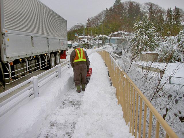 機械による除雪除雪中
