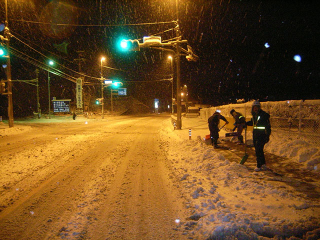 人力による除雪除雪中