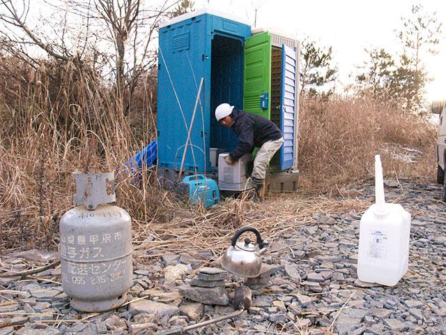 凍結した仮設トイレのメンテナンス